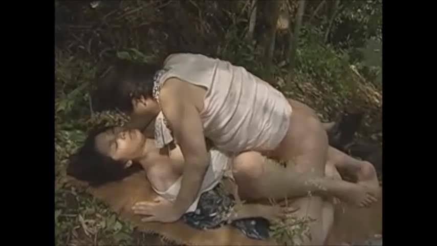 ヘンリー塚本:熟女妻の淫らな性交。発情すればその場で青姦セックス。